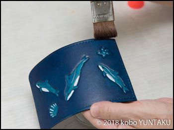 牛革の三つ折りキーホルダー「イルカ」