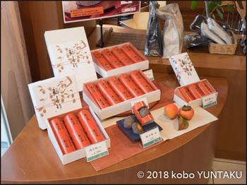 熱海咲見町店に並べられた「福寿柿」