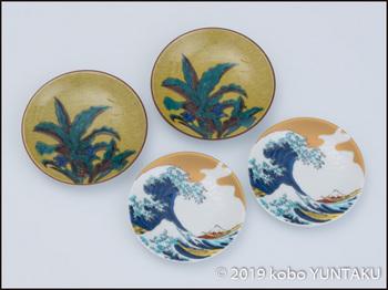 「神奈川沖浪裏」が描かれた豆皿と「おもと」が描かれた豆皿
