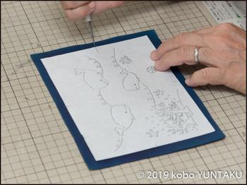 革絵 海の生き物 制作工程「本断ち 印付け」