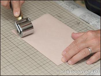 革絵 海の生き物 制作工程「裏張り」