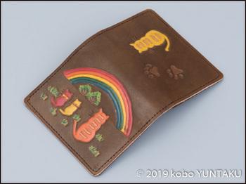 牛革の作品「虹と猫の免許証入れ」