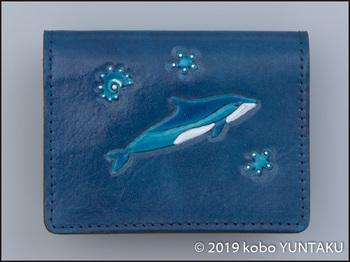 牛革の作品「イルカの免許証入れ」