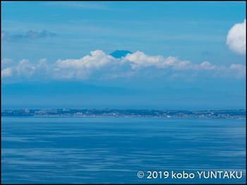 富士山の山頂が雲間からほんの少し見えました