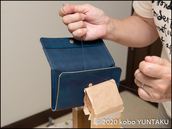 革のパスポート入れ 前胴の手縫い