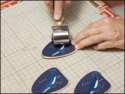 端革を使った制作工程11(ザトウクジラのキーホルダー)